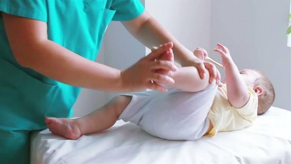 Cum te ajută medicul ortoped pediatru să previi deformările osoase ale bebeluşului tău?